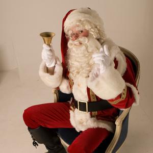 Kerstman deelt zuurstokken uit